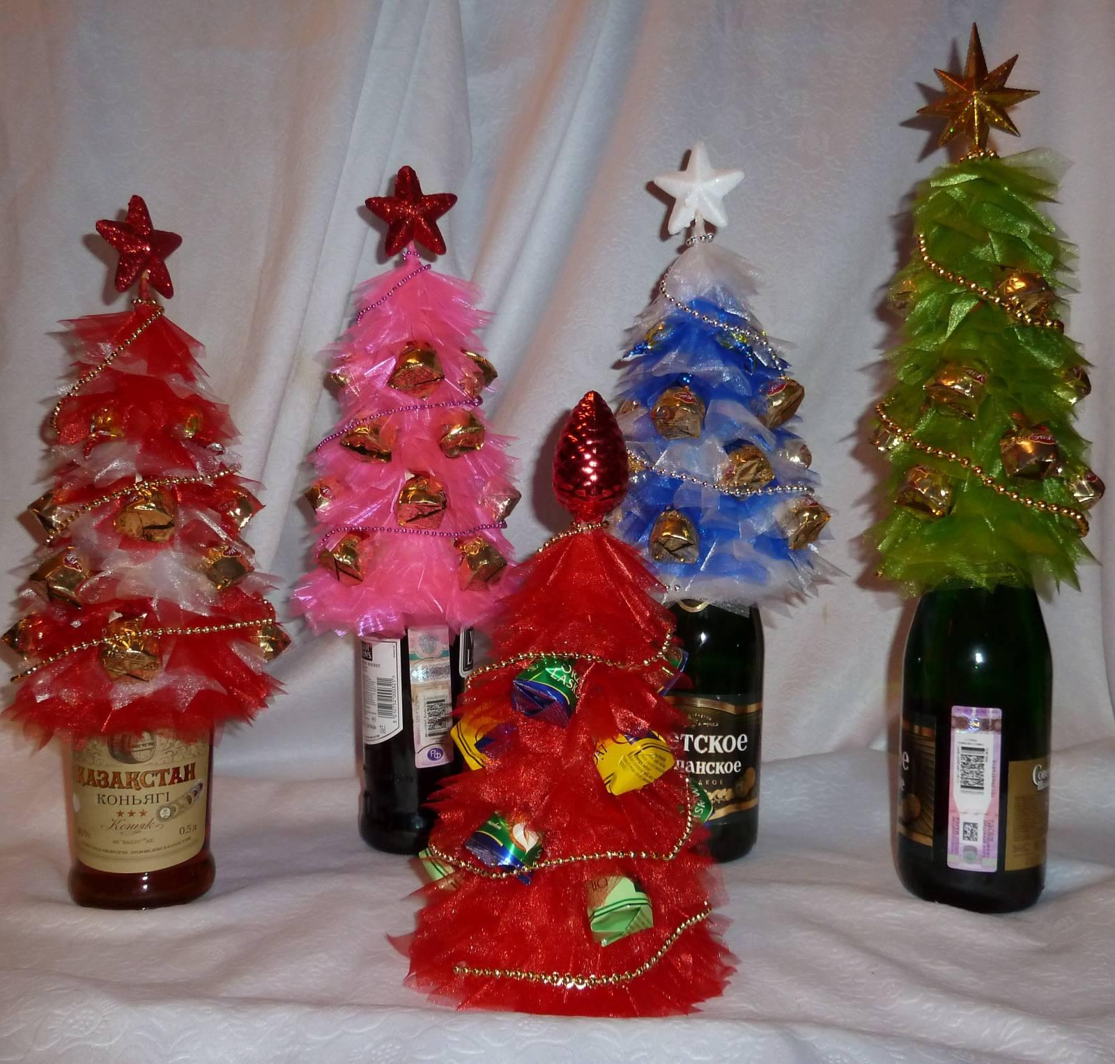 Поделка елки на бутылке